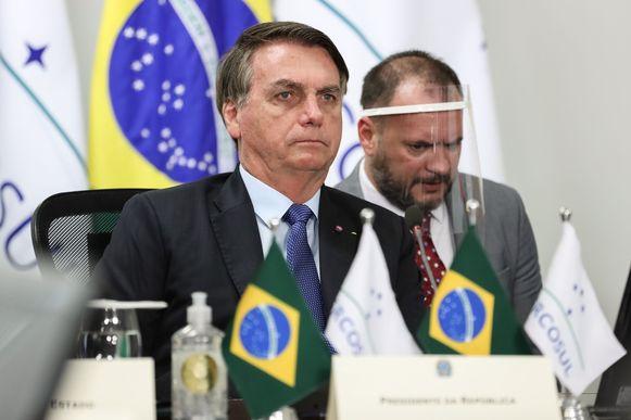 De Braziliaanse president Jair Bolsonaro (65), links.
