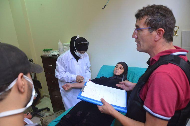 Een inspecteur van de Verenigde Naties spreekt met een vrouw die het slachtoffer is van de vermeende gasaanval. Beeld reuters