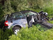 Zwaargewonde bij zó'n harde botsing op A270 bij Helmond dat motorblok uit auto slingert