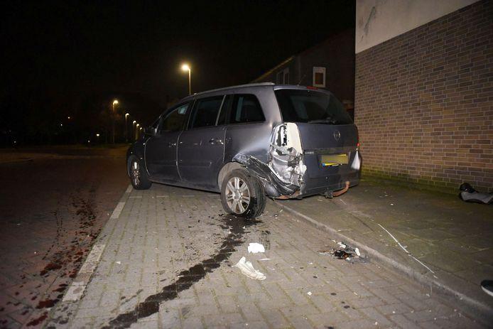 De geparkeerde Opel raakte flink beschadigd.