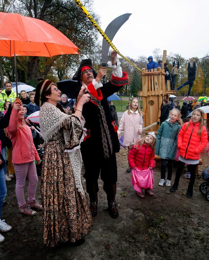 Burgemeester Loes van Ruijven (links) en wethouder Griedo Bel (rechts) verrichten de opening van de speeltuin in Asperen.