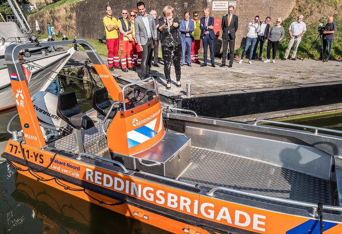 Burgemeester Marleen Sijben uit Sint-Anthonis doopt de nieuwe boot van reddingsbrigade Erica.