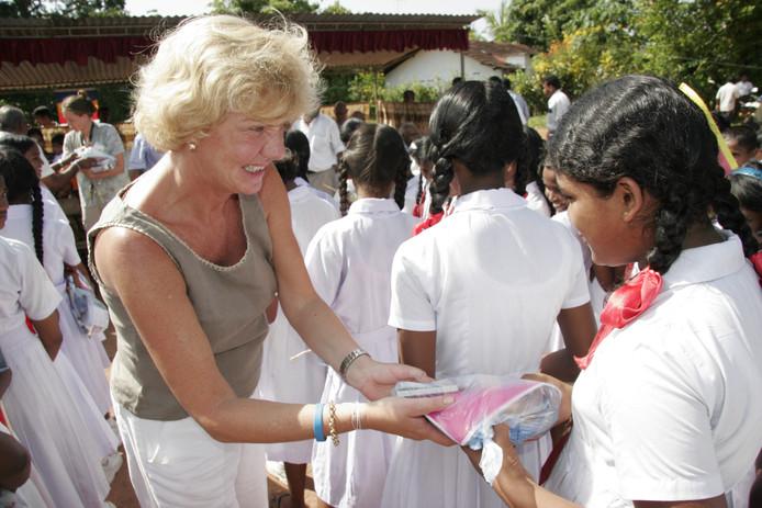 Marja van Leeuwen in Sri Lanka en van de kinderen van het weeshuis in 2014.