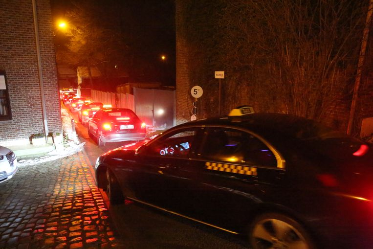 Boze taxichauffeurs reden vrijdagochtend toeterend rondjes in Dworp, de woonplaats van Vlaams minister van Mobiliteit Ben Weyts (N-VA) om te protesteren tegen het nieuwe taxidecreet.