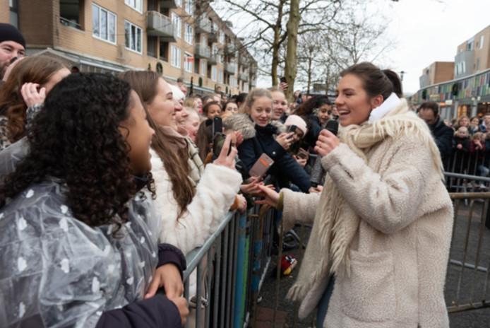 Honderden fans stonden achter hekken in de rij om zangeres Maan te zien.