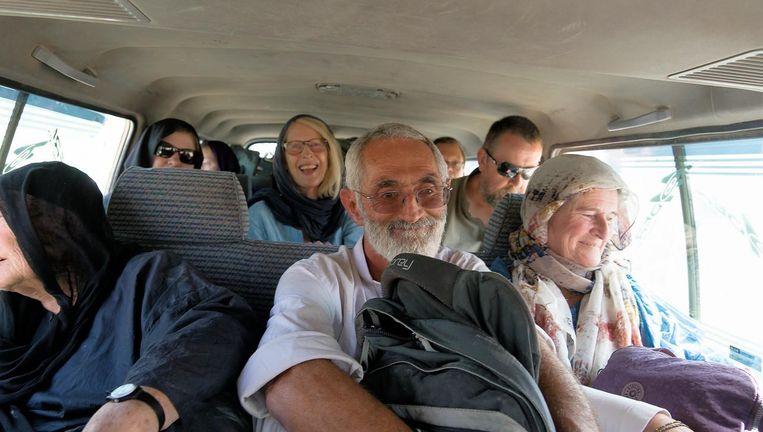 De groep onderweg in de bus, vlak voor de aanslag. Vooraan rechts bij het raam Ria van Santen. Beeld