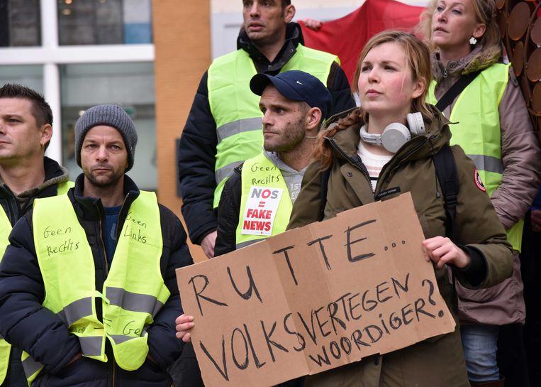 Demonstranten in gele hesjes op het Plein in Den Haag, in navolging van  demonstraties in Frankrijk en België.  Beeld ANP