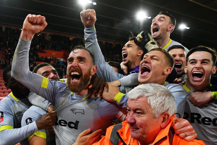 Derby County viert feest. Midden, achter: Kelle Roos.