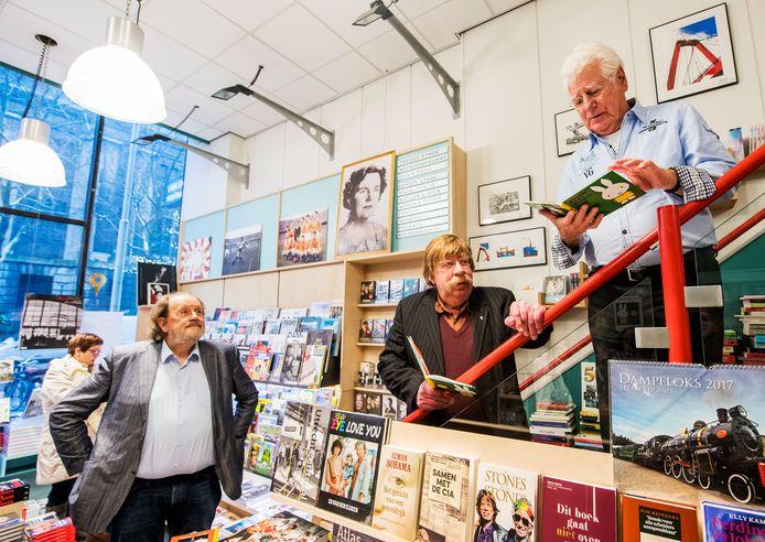 Bert Nicodem (m) en Gerard Cox (r) presenteren het eerste Rotterdamse Nijntje boek.