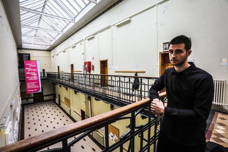Zaur Kourazov (23) op bezoek in zijn vroegere school, het Koninklijk Atheneum Centrum.