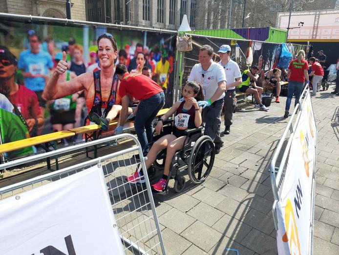 De rolstoelen zijn hard nodig bij de marathon.