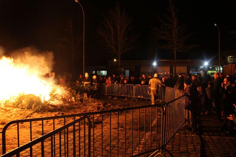 De kerstboomverbranding in Izegem lokte heel wat volk.