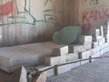 Wijkagent ontdekt slaapplek onder de A15: 'Om niet te spreken over de vuiligheid die er ligt'