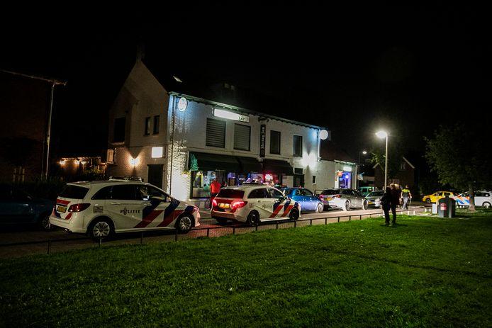 Politie bij het café in Elden.