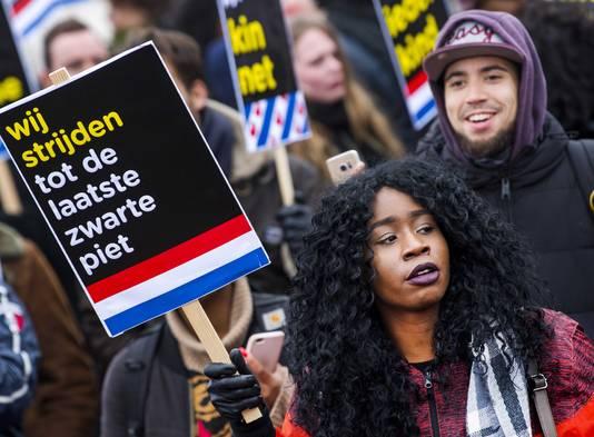 Tegenstanders van Zwarte Piet demonstreerden bij de intocht vorig jaar in Dokkum