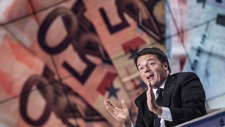 De Italiaanse premier Renzi voor een afbeelding van eurobiljetten in een Italiaans televisieprogramma. Beeld null