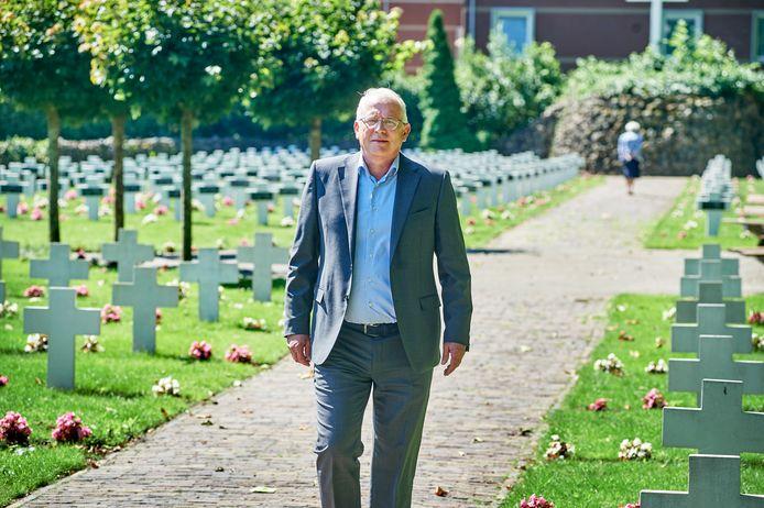 """Alber Claassen op de begraafplaats van de zusters Franciscanessen in Veghel. ,,Corona maakte zóveel slachtoffers dat het aantal uitvaarten zowat verdubbelde."""""""