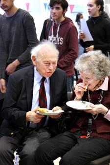 Overlevers Hongerwinter lezen na 75 jaar hun bedankbrief aan redders: 'Ongelofelijk bijzonder'