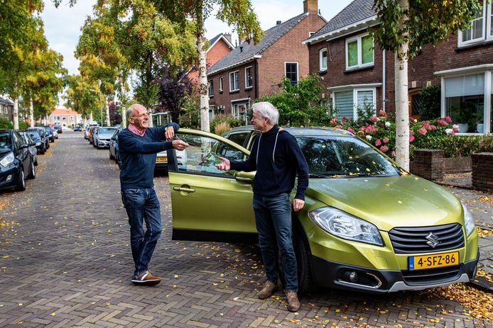 Willem Lommerts (links) en Henk Schepers zijn bezig om een deelautoclubje op te richten in de straat.