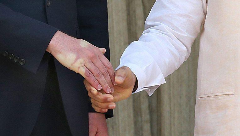 De Britse prins William heeft een rode hand na de handdruk met de Indiase premier Modi. Beeld afp