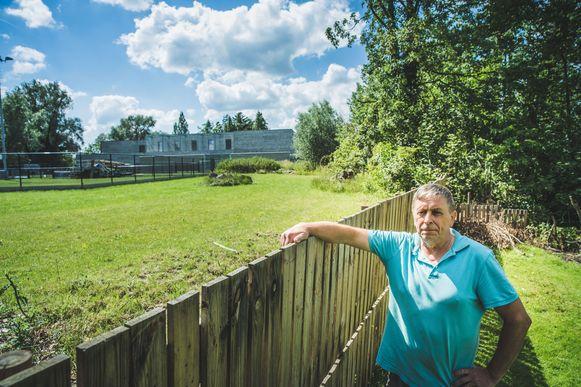 Thierry De Backer in zijn tuin, die aan de hondenschool en het asiel grenst.