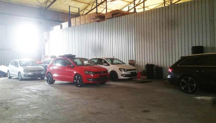 In de hal stonden onder meer gestolen Volkswagen Polo's.
