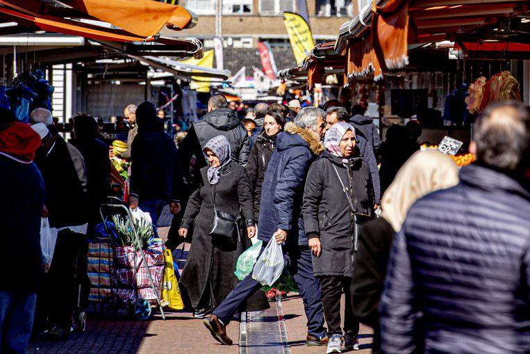 Vandaag was het in Den Haag erg druk op deze markt, waar veel bezoekers erg dicht op elkaar liepen.