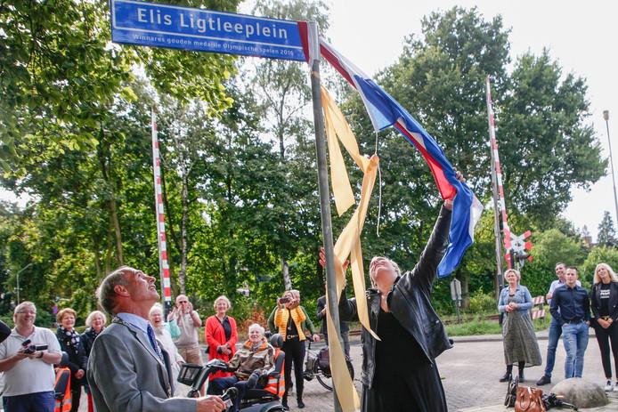 Wethouder Steinweg (linksonder) in betere tijden. In augustus opende hij samen met Olympisch kampioene Elis Ligtlee het Elis Ligtleeplein.