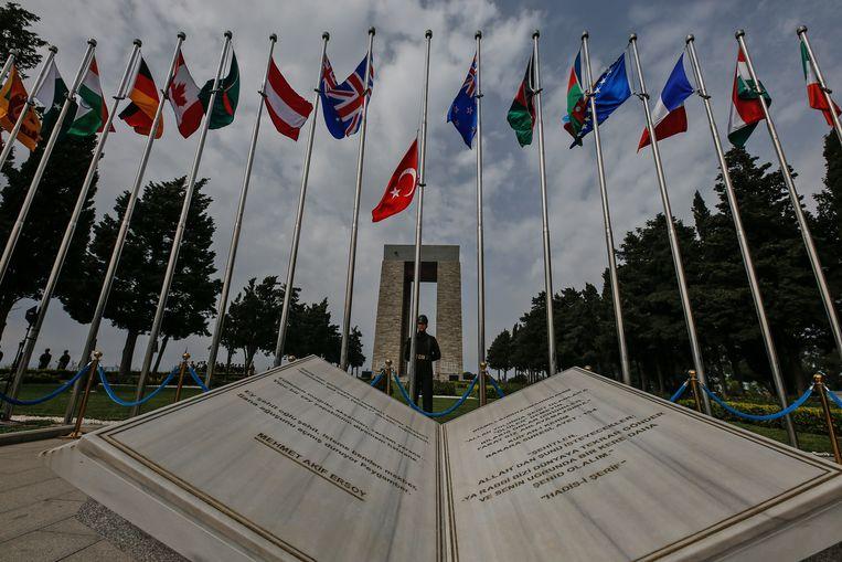Een foto van de herdenkingsplechtigheden op het schiereiland Gallipoli.