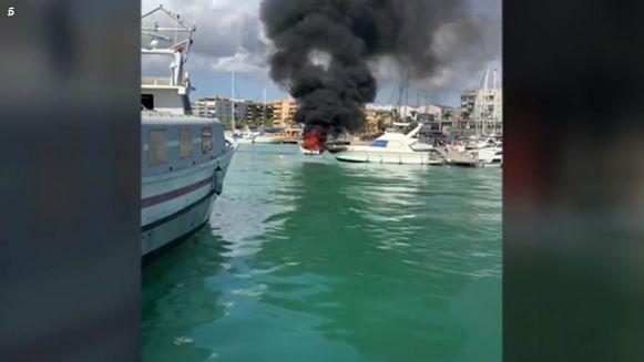 """Een dikke rookpluim steeg op na de ontploffing van de motorboot. Volgens getuigen stond die """"in enkele seconden"""" in lichterlaaie."""