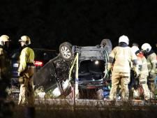 Auto slaat over de kop op A73 bij Haps, traumahelikopter landt op snelweg
