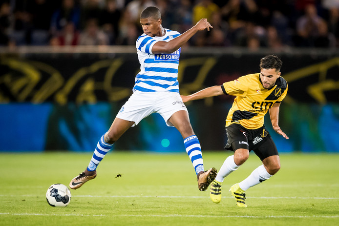 NAC-middenvelder Mounir El Allouchi in duel met Luis Pedro van De Graafschap