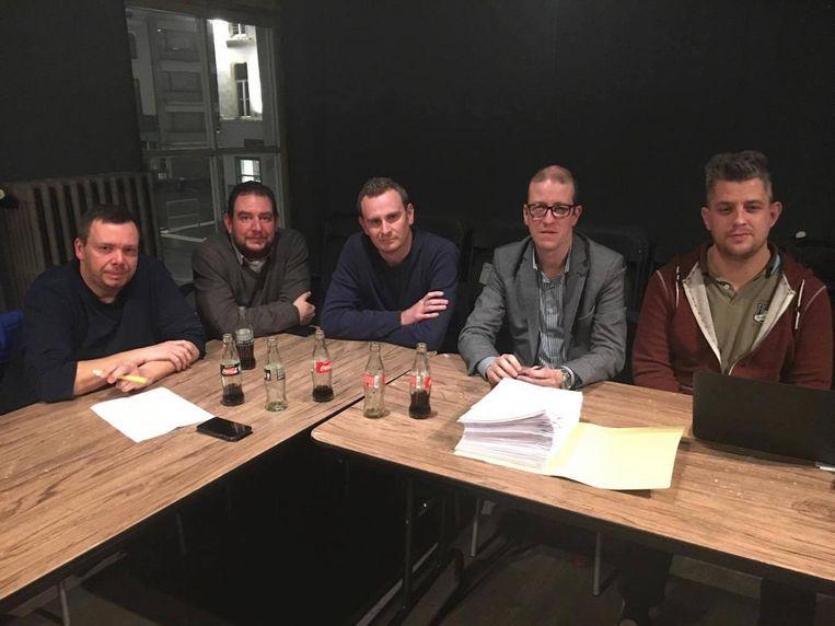 Sven De Smet, Filip Gits, Nick De Batselier, advocaat Johan Van Wilder en Steve Verleysen bespreken de mogelijkheden.