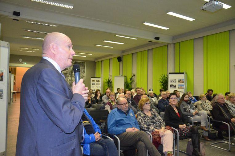 Provinciegouverneur Jan Briers stelt de scenario's voor aan de inwoners. Bewoonster Maureen Tollenaere (centraal) is een aandachtige toehoorder.