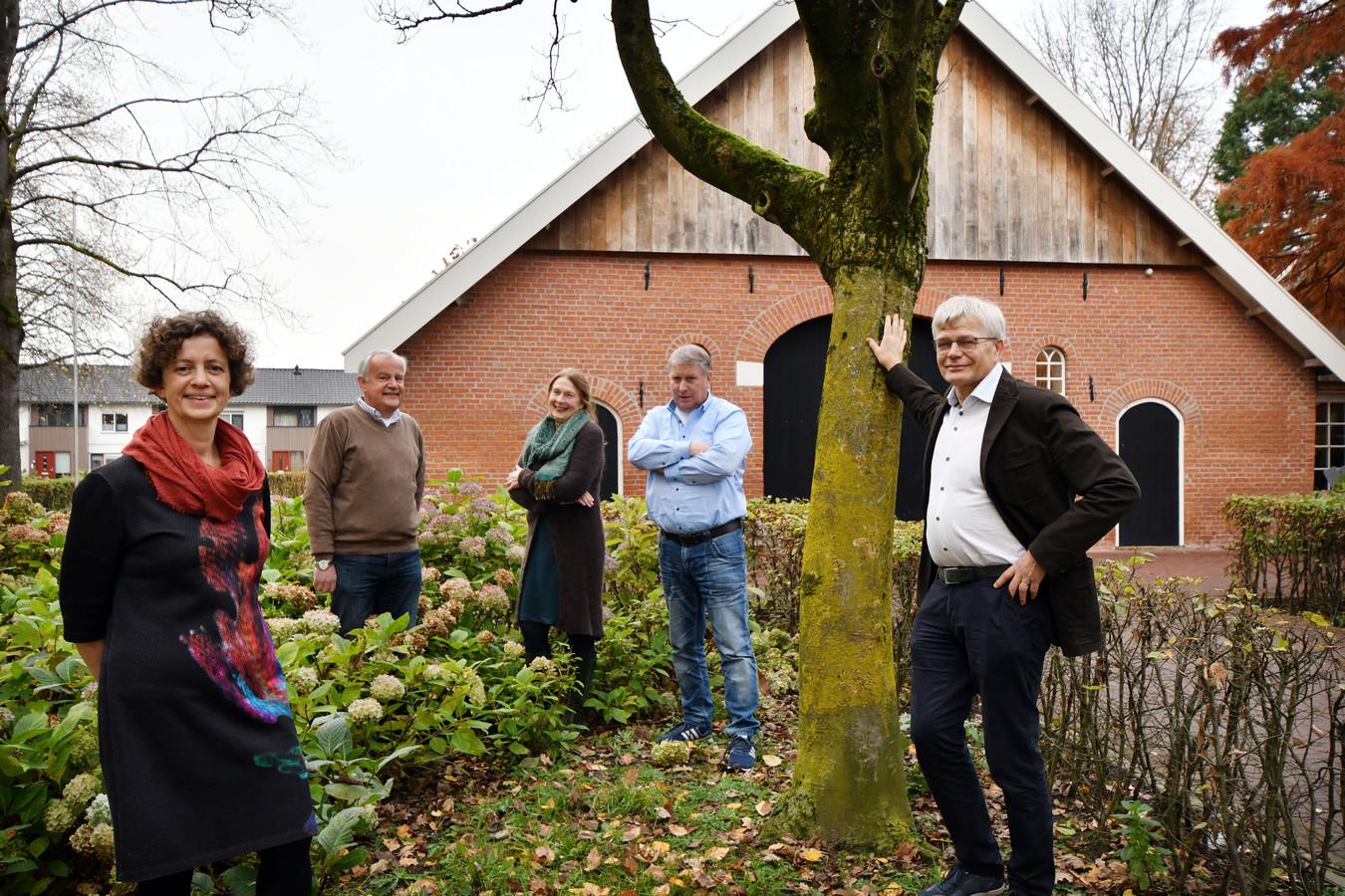 Alice ten Dam, Wim Olde Kalter, Ria Nijhof, Felix Nijland en Jan Hofsteenge (vlnr.), samen het bestuur van Kansrijk Berghuizen,  willen ertoe bijdragen dat de Berghuizenaren de vele kansen pakken die hun wijk biedt.