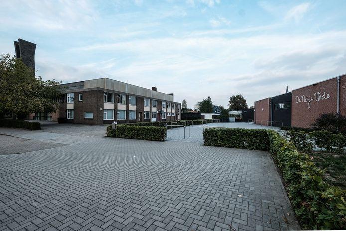 Basisschool de Ni'je Veste Buitenschans (rechts) en voormalig sociaal en cultureel centrum De Bron (links) in Groenlo. Foto Jan van den Brink
