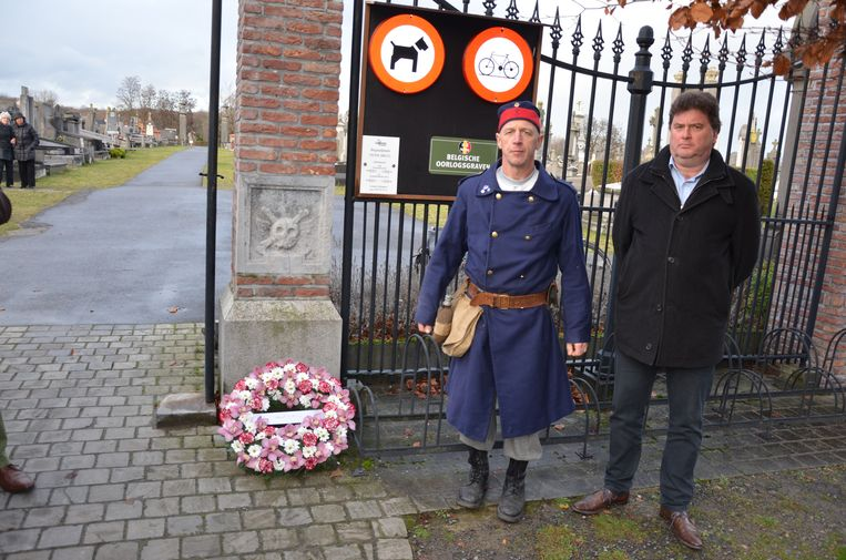 Chris Schalckens en burgemeester Filip Anthuenis bij de nieuwe gedenkplaat voor de Lokerse gesneuvelden van WO I.