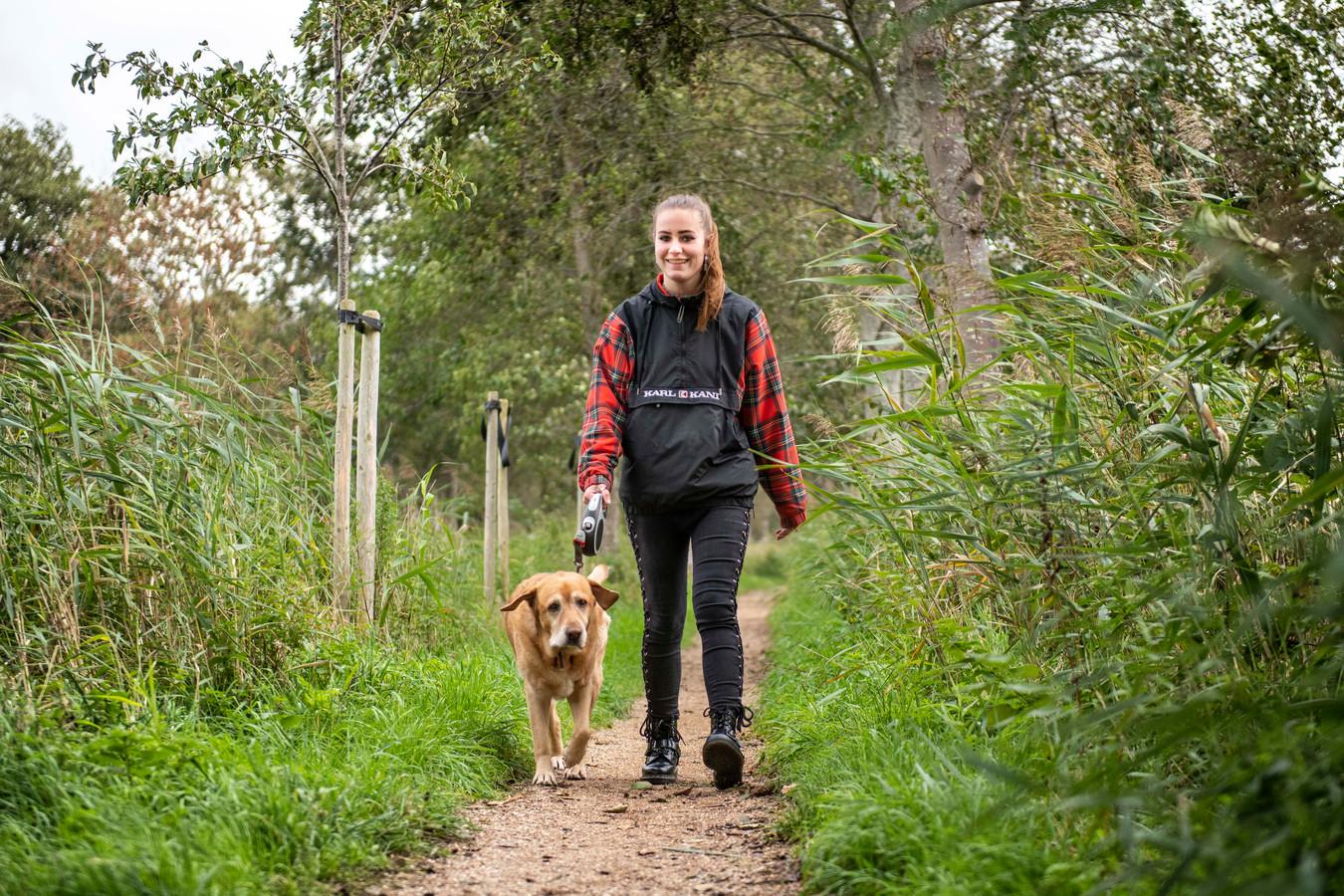 Eline Louisse en hond Troy wandelen graag over het Brigdamse pad, vlak achter haar ouderlijk huis.