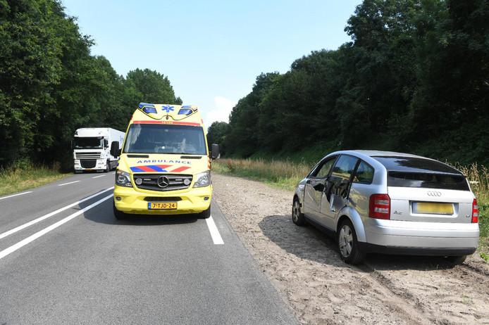 Bestuurster gewond na botsing met vrachtwagen.