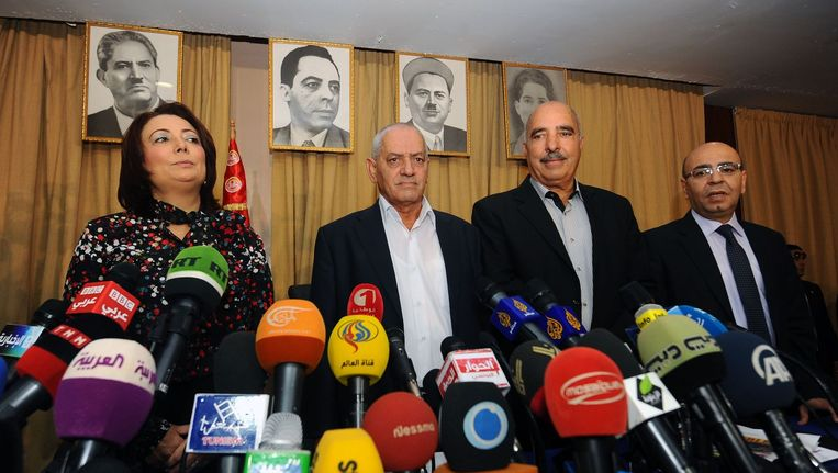 In deze foto uit september 2013 staan de voorzitters van de vier partijen die in Tunesië verkiezingen brachten. Van links naar rechts: Wided Bouchamaoui, hoofd UTICA, Houcine Abbassi van UGTT, Abdessattar ben Moussa van de Tunesische Mensenrechtenorganisatie en Mohamed Fadhel Mahmoud van de Orde van Advocaten. Beeld afp