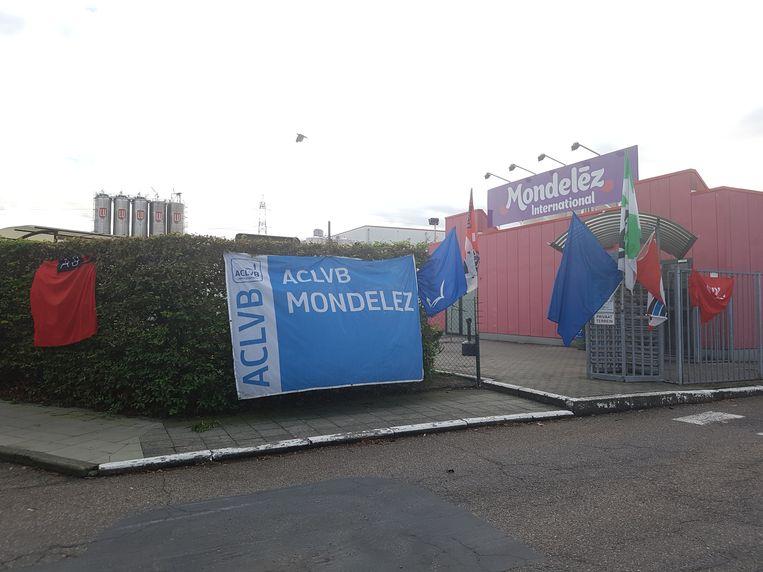 De vakbonden hingen hun vlaggen aan de ingang na de aankondiging.