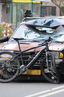 Fietser geschept door auto op Stationsweg in Barneveld