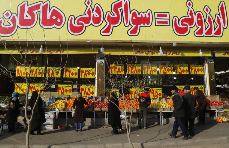 Vanwege de inflatie moeten Iraniërs steeds meer betalen voor bijvoorbeeld fruit. Beeld AFP