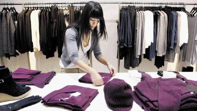 Een verkoopster van Filippa K, aangesloten bij de Fair Wear Foundation. (Trouw) Beeld