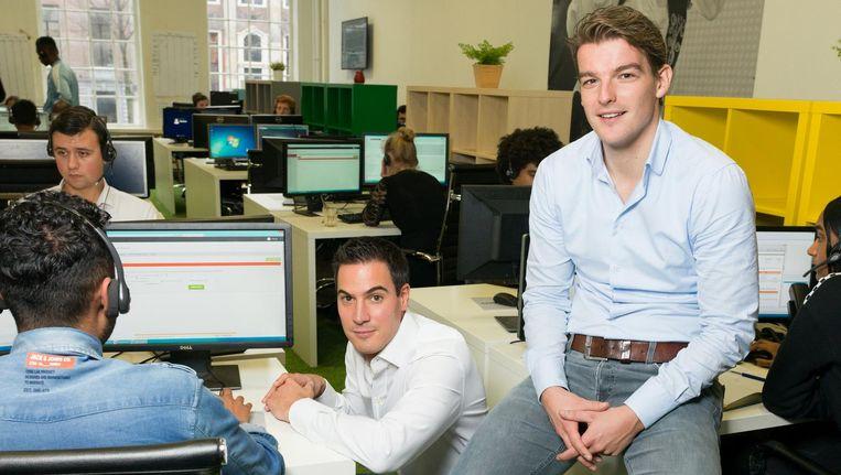 Hugo Gubbels (links) en Bas Diepeveen, op de werkvloer van Uitblinqers, een contactcenter in de Gouden Bocht van de Herengracht. 'Dit zijn mensen die heel graag de beste willen zijn.' Beeld Ivo van der Bent