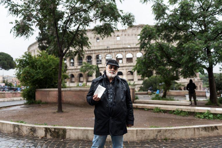 Portret van Alessandro Arezzo, met het Colosseum op de achtergrond.  Beeld Marco Bonomo