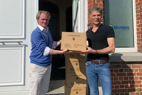 Jorn Kestelyn schenkt dozen met het spel 'Leeuwentoren' aan De Loods.