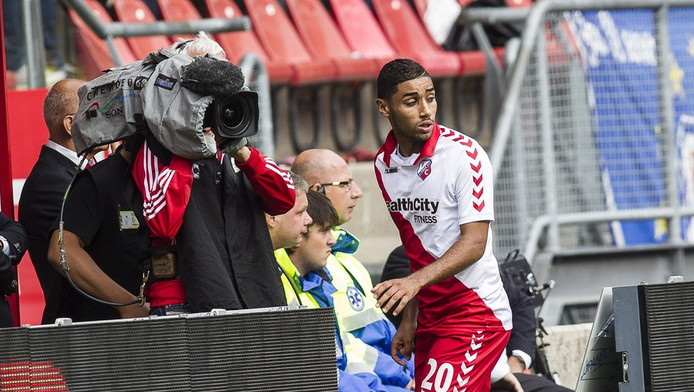 FC Utrecht-speler Anouar Kali verlaat het veld na zijn tweede gele kaart in de wedstrijd tegen PSV