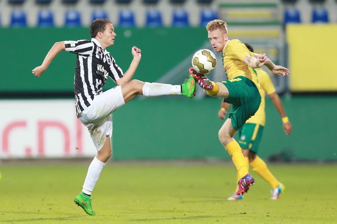 Achilles-speler Boy van de Beek (links) in duel met Youri Loen tegen Fortuna Sittard.