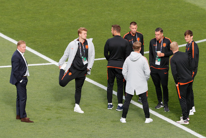 Het Nederlands elftal inspecteert het veld.